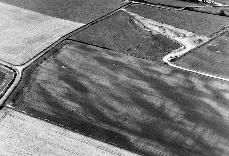 Oblique aerial view of Balneaves Cottage centred on the cropmarks of ring-ditches, pits and a pit-defined cursus, taken from the SE.