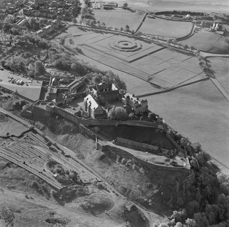 Oblique aerial view centered on Stirling Castle from north.